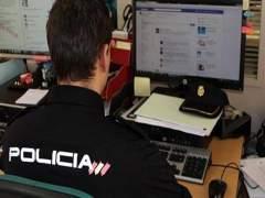 Policía trabajando en delitos en las redes sociales