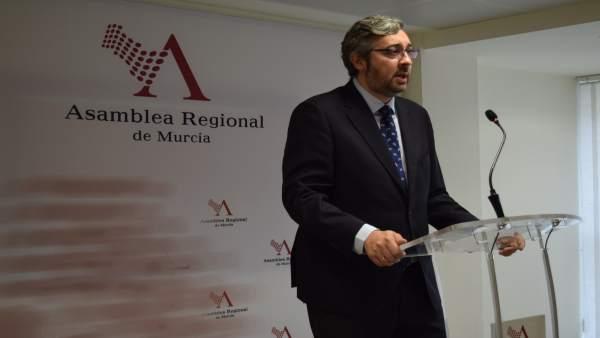 Víctor Martínez (PP) en rueda de prensa en la Asamblea