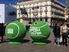 """Carmena retira los contenedores de la campaña 'Recicla por pelotas' por """"machista"""""""