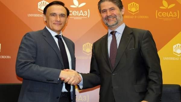 Gómez y Cañadilla se dan la mano tras la firma