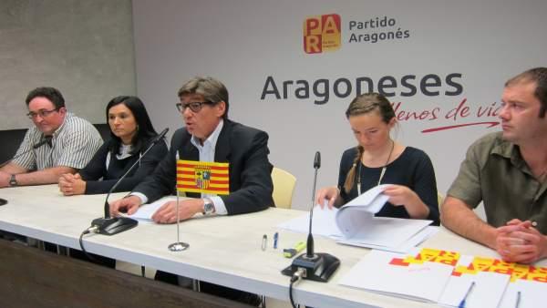 El presidente del PAR, Aliaga, en la presentación de una PNL sobre el Ebro