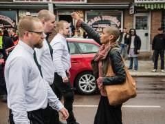 Una mujer negra levanta el puño en señal de resistencia frente a 300 manifestantes neonazis