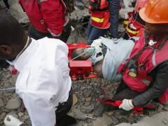 Rescatan con vida a una mujer tras seis días bajo los escombros de un edificio en Nairobi
