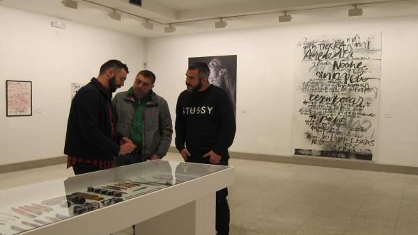 Féliz Rodríguez (izq) muestra sus utensilios de trabajo al DJ Óscar de Rivera