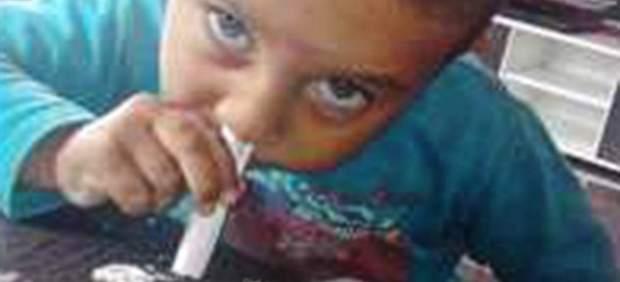 """Un niño de 3 años posa esnifando cocaína y su madre asegura que se trata de una """"broma"""""""