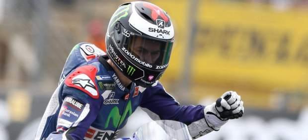 Doble premio para Lorenzo en Francia: gana la carrera y se pone líder por la caída de Márquez