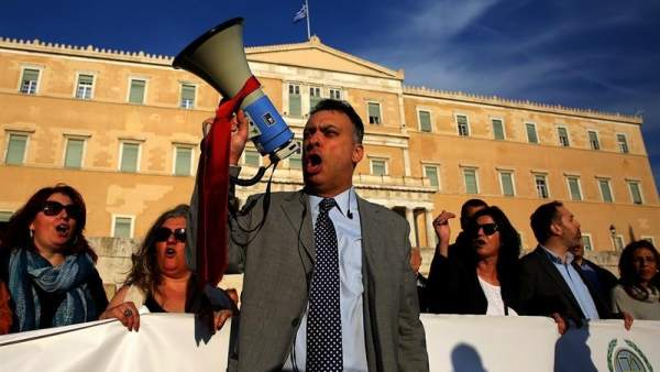 Grecia aprueba nuevos recortes en las pensiones