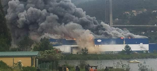 Activan un plan de emergencias por riesgo de fuga química tras un incendio en Moaña