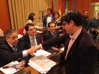 Pedro García saluda a concejales del PP en el Pleno