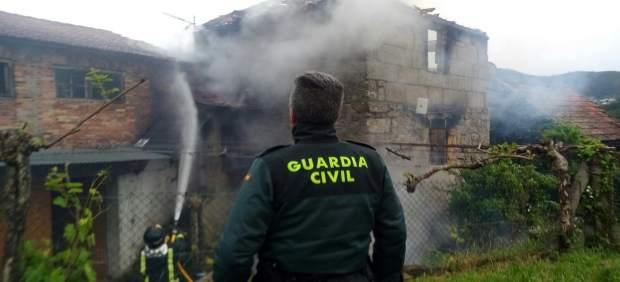 (AMP) Evacuado un matrimonio intoxicado al incendiarse su casa en Arbo (Pontevedra), que resultó calcinada