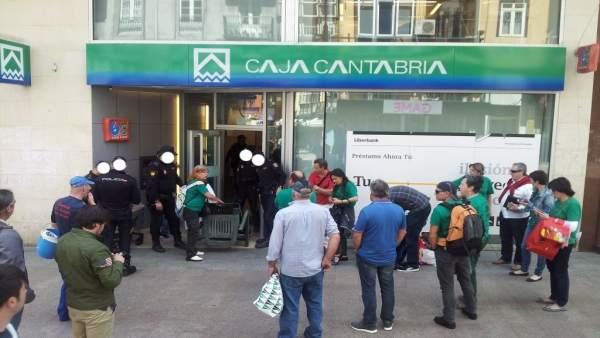 La polic a desaloja a la pah de dos oficinas de liberbank for Oficina empleo santander