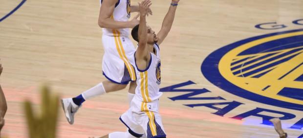 Dos minutos extraordinarios de Curry empatan la final del Oeste