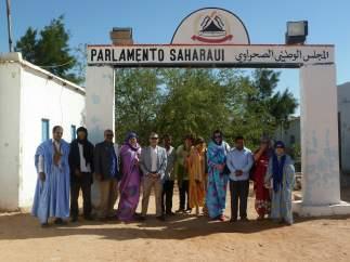 La delegación navarra frente al Parlamento saharaui.