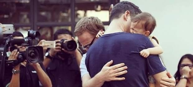 Un matrimonio gay regresa a España con su bebé subrogado tras un año de batalla judicial