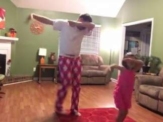 Padre e hija bailando al ritmo de Justin Timberlake