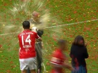 Xabi Alonso baña a Guardiola en cerveza