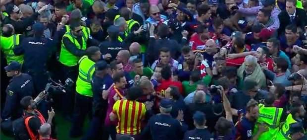 Caos en Granada: una invasión de campo obliga al Barça a escapar en plena celebración