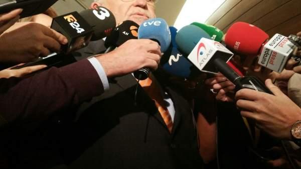 Cotino atiende a los medios en los pasillos de las Corts