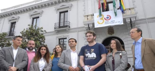 Izado de bandera 'arco iris' en Ayuntamiento de Granada