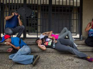 Manifestantes reciben gases lacrimógenos en Caracas