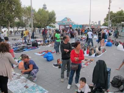 Venta de top manta en el Puerto de Barcelona