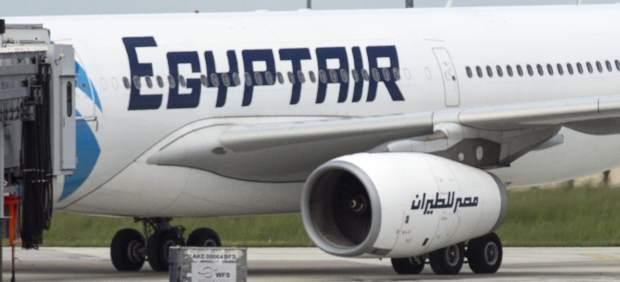 Captan señales que podrían conducir al hallazgo de una caja negra del avión de Egyptair
