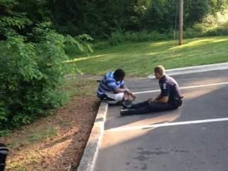 Policía consolando a un joven con autismo