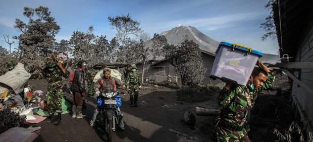 Siete muertos y dos heridos críticos tras la erupción del volcán Sinabung en Sumatra