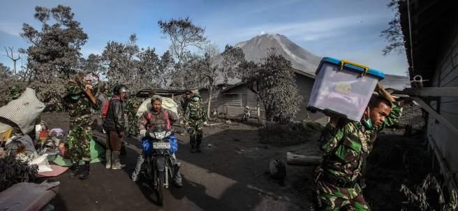 Volcán en Sumatra erupciona
