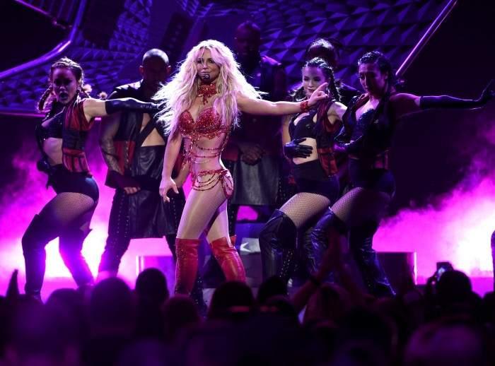 La cantante Britney Spears actúa en los premios Billboard 2016.