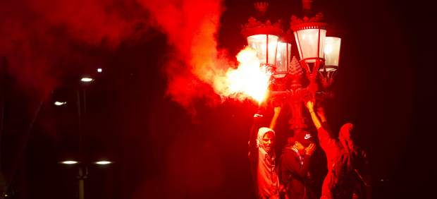 Unos 2.000 aficionados del FC Barcelona celebran el título de Copa en Canaletas