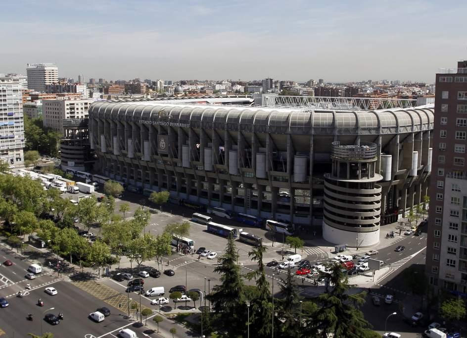 Carmena ultima un acuerdo para prolongar el bernab u por for Estadio bernabeu puerta 0