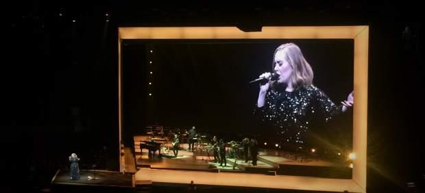 Adele entusiasma con su música y su humor en Barcelona