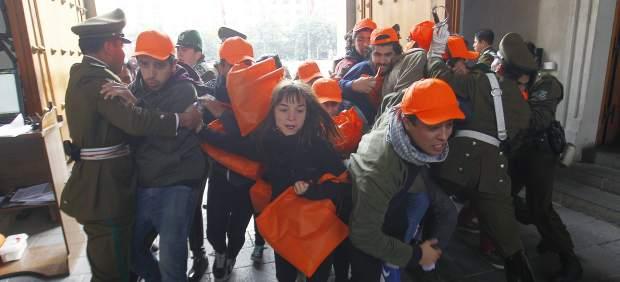 Estudiantes entran en el palacio presidencial de Chile para protestar por la reforma educativa