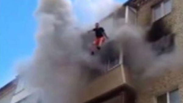 Se salvan de un incendio tras saltar desde un quinto piso