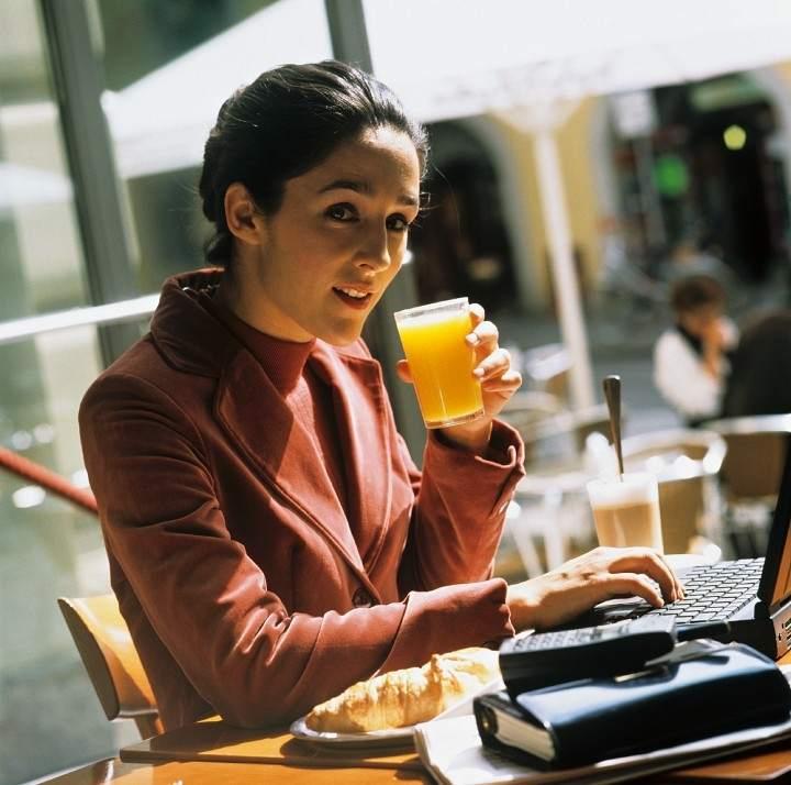 Una mujer come mientras trabaja.
