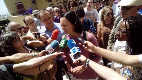 Bescansa atiende a los medios amte la Concha en Alicante