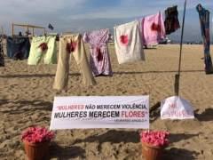 Un tendal con ropa ensangrentada contra la violación colectiva