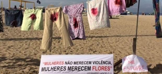 Colocan un tendal en la playa de Copacabana con ropa manchada de sangre contra el abuso sexual