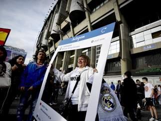 Madridistas junto al Bernabéu