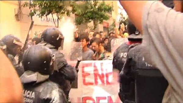 Cargas policiales en Gràcia para evitar la reocupación del Banc Expropiat
