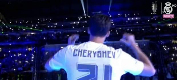 Arbeloa protagoniza el momento de la fiesta en el Bernabéu al vestirse de Cheryshev