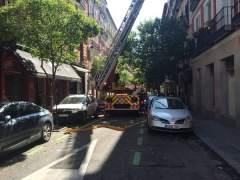 Un aparatoso incendio destruye una vivienda en Malasaña