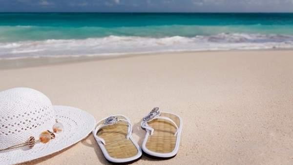 Chanclas, verano, gorro, playa