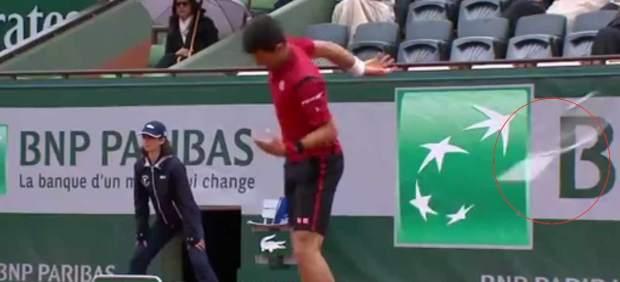 Djokovic pasa a semifinales y se jugó la descalificación tras tirar la raqueta y casi dar a un juez