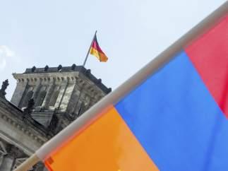 Bandera armenia frente al Bundestag.