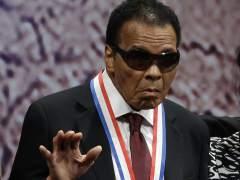 Retienen a una exesposa y un hijo de Muhammad Ali en un aeropuerto