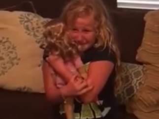 Niña llora con su muñeca biónica