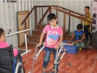 Niño sirio que camina gracias a la Fundación Mapfre