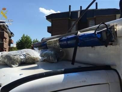 Imagen de la ambulancia con casi 50 kilos de marihuana en su interior